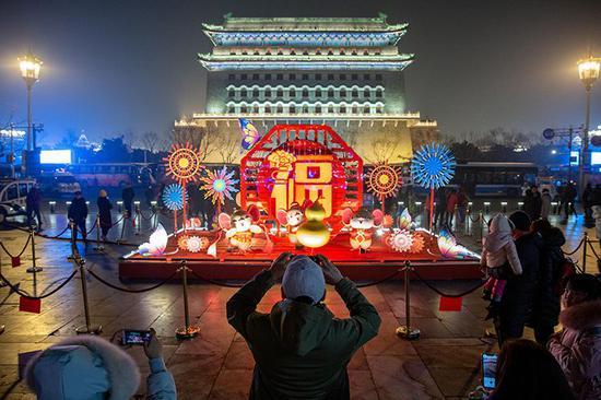 鼠年彩燈點亮北京 前門大街夜色迷人