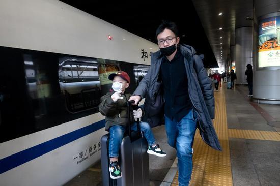 北京西站迎春运出京高峰 旅客戴口罩谨慎出行