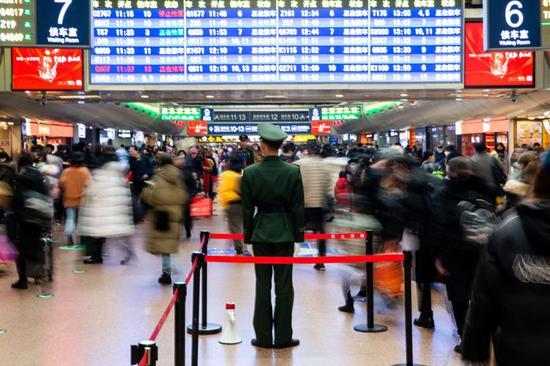 北京西站迎来春运客流高峰,一大早就挤满了归乡心切的旅客们。