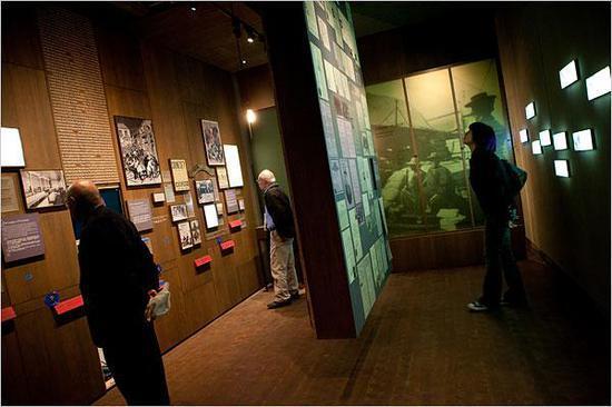 位于纽约中央街215号的博物馆展厅,没有在展厅内受损。图为2009年,美国华人博物馆重新开放,观众参观。