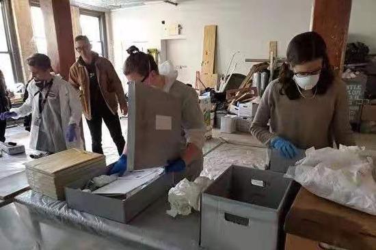 被抢救出的档案和文物,需要经过冰冻、干燥和修复。