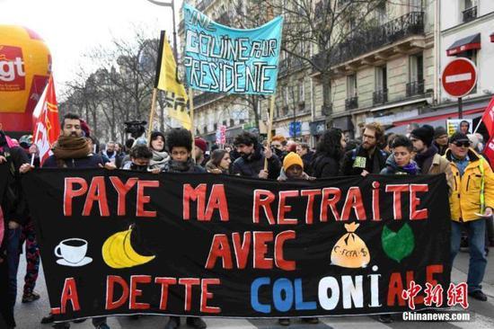 当地时间1月29日,巴黎万余人不息走上街头,坚持抗议游走,相答停工,指斥当局推动的退息制度改革。据法国内务部统计巴黎抗议游走的人数约为13000人。中新社记者 李洋 摄
