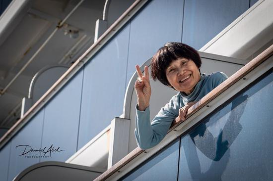 一名乘客在邮轮阳台上 图源:大卫·阿贝尔脸书