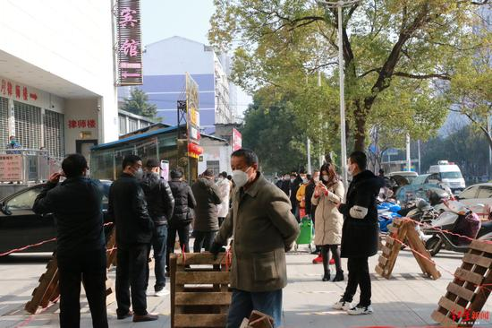 黄冈市某超市排队的市民