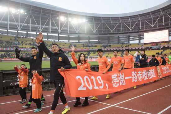 2019年12月1日,武漢卓爾隊球員與球迷在賽后向觀眾致意。新華社記者肖藝九 攝
