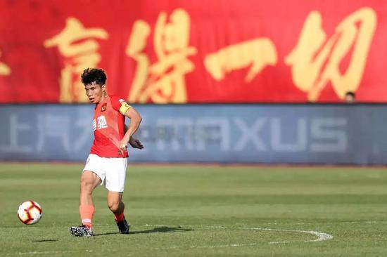 圖為廣州恒大淘寶隊球員鄭智在比賽中傳球。新華社記者李明攝