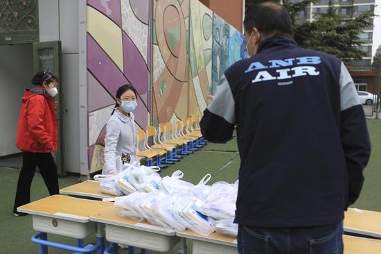 别名五年级幼女生本身前来领教材。摄影/新京报记者 浦峰