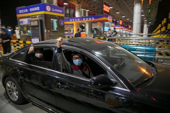 4月8日0时13秒,随着第一辆小客车驶出武汉西高速路口,武汉正式解除离汉通道管控,有序恢复对外交通。澎湃新闻记者 孙湛 图