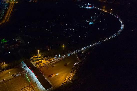 4月8日凌晨,车辆通过武汉西高速收费站。新华社 图