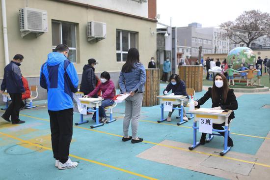 家长找各自的班级确认新闻。摄影/新京报记者 浦峰
