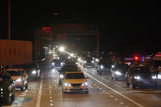 4月8日凌晨,车辆准备通过武汉西高速收费站。新华社 图