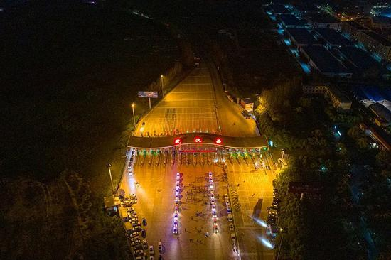 4月7日23时许,武汉西收费站,湖北省高速公路路政、养护、收费、高警等人员各就各位、整装待发。澎湃新闻记者 孙湛 图