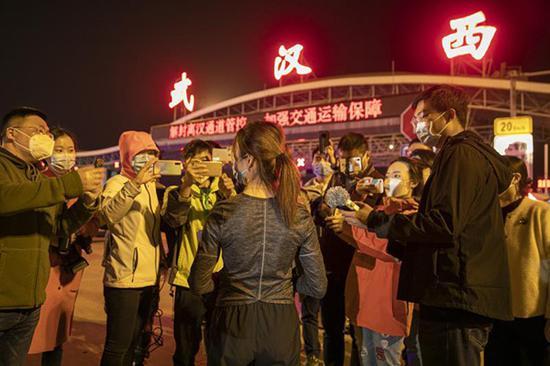4月7日子夜,王彩霞在批准采访。澎湃消息记者 孙湛 图