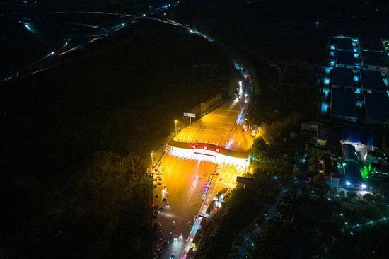 4月8日零时,武汉西收费站所有道口全部打开,车辆有序驶入高速公路,标志着离汉通道管控正式解除。澎湃新闻记者 孙湛 图
