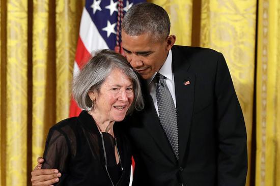 在白宫,美国前总统奥巴马拥抱格丽克,并付与她2015年美国国家人文奖章。