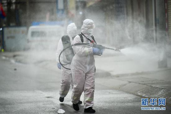 1月15日,在河北省石家庄市藁城区小果庄村,防疫工作人员在进行消杀。新华社发(赵杰 摄)