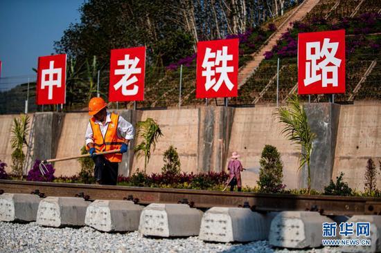 工人在位于中老边境的中老昆(明)万(象)铁路友谊隧道进行施工作业(3月5日摄)。新华社记者 江文耀 摄