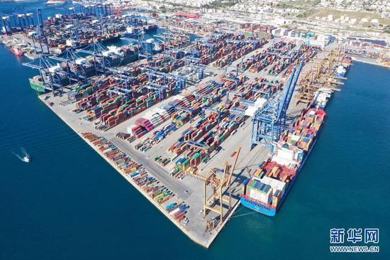 """这张2019年1月16日航拍的照片显示的是希腊比雷埃夫斯港。作为""""一带一路""""倡议的典范项目,比港近年来的发展令人瞩目。新华社记者 吴鲁 摄"""