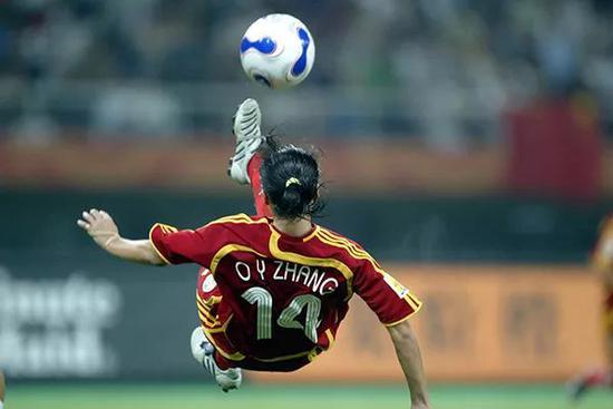 2007女足世界杯D组比赛,中国国家女子足球队2-0制服新西兰国家女子足球队。张欧影倒钩。