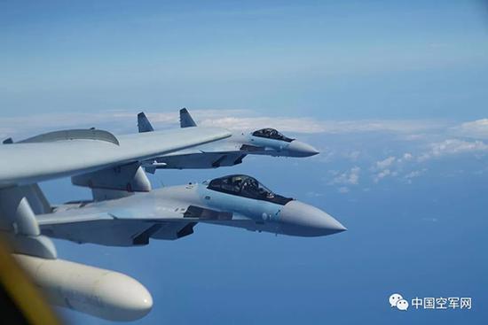 2018年5月11日,中国空军苏-35战机与轰-6k战机编队飞走训练。刘锐 图