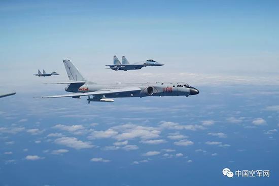 2018年12月4日,南部战区空军构造跨昼夜飞走,苏-35战机起飞飞赴义务空域。范以书 图