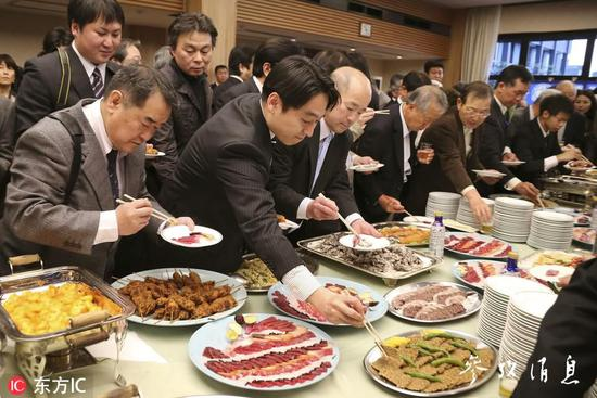 2014年数百名捕鲸声援者在东京参添鲸肉品评会,图片来源:东方IC。