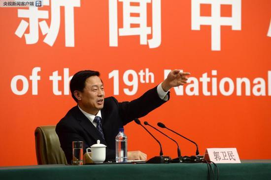 2017年10月23日,北京,十九大新闻中心第六场记者招待会,十九大大会新闻发言人、国务院新闻办公室副主任郭卫民。图片来自央视新闻客户端