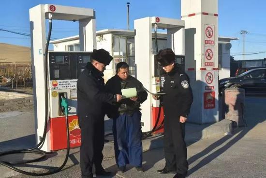图为干警们帮助辖区居民。 受访者供图