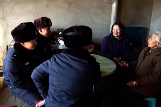 图为干警们看望孤寡老人。 受访者供图