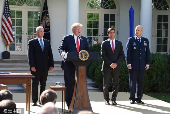 """▲8月29日,美国总统川普在白宫表示,为应对飓风""""多里安"""",他取消赴波兰的访问行程,副总统彭斯(左一)代替他出访"""