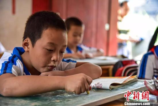在达佑教学点认真学习的学生们。