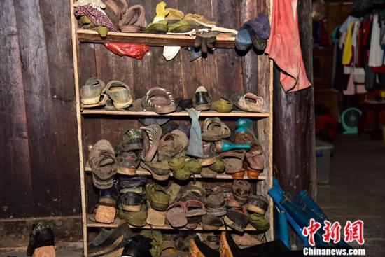 常年徒步行走,周宏军家中放置许多穿烂的鞋子。