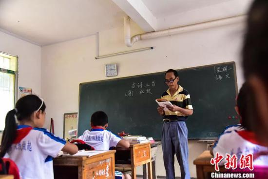 退休后返聘的周宏军给学生上课