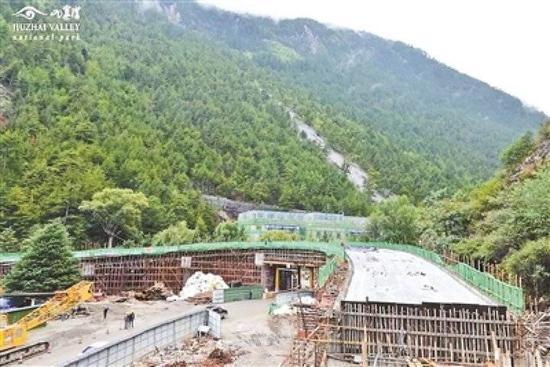 9月18日,沟口游客服务设施建设项现在限制性节点-白水河高架桥完善0-6跨桥梁集体浇筑