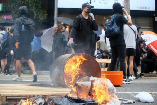 香港暴徒持续打砸整个城市,严重破坏社会安宁及秩序。(图源:大公网)