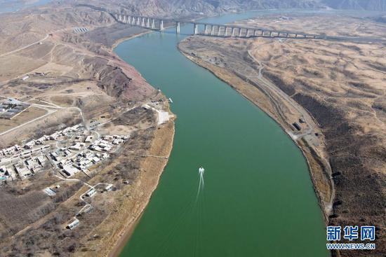 黄河流经宁夏中卫市沙坡头区(2021年3月3日摄,无人机照片)。新华社记者 唐如峰 摄