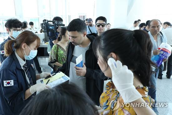 韩国仁川机场加强对入境游客体温的检查。(韩联社)