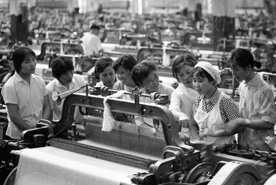 1979年夏,上海国棉十二厂派出织布能手到武汉第六棉纺织厂进行传帮带。新华社记者 于澄建 摄