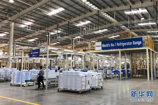 2017年11月16日,在印度浦那市,工人在中国海尔集团工业园厂房内工作。中国海尔集团位于印度马哈拉施特拉邦浦那市的工业园16日举行扩建投产仪式。这是中国家电企业在印度投产的第一个工业园。新华社记者张兴军摄