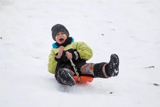 巴里洛切冬季滑雪的孩子