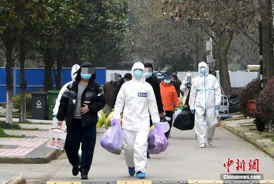 经历了14天的隔离观察后,武汉长江工程职业技术学院康复驿站51名康复患者结束隔离期回家。中新社记者 安源 摄