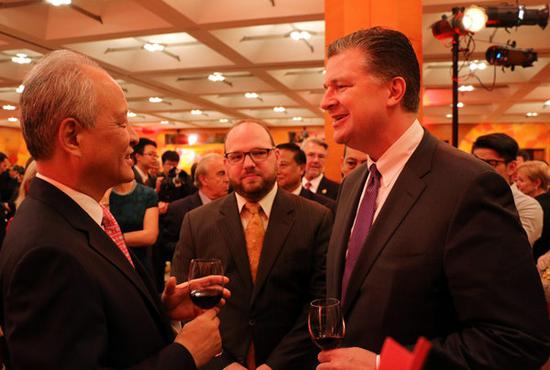 2016年9月27日,中国驻美大使崔天凯(左一)和美国白宫国家安全委员会亚洲事务高级顾问康达(Daniel Kritenbrink)在中国驻美使馆举办的中华人民共和国建国67周年招待会上交谈。