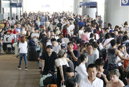 关西机场滞留照片。来源:共同社
