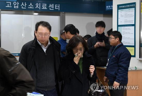 手术室外抹泪的门生父母(韩联社)