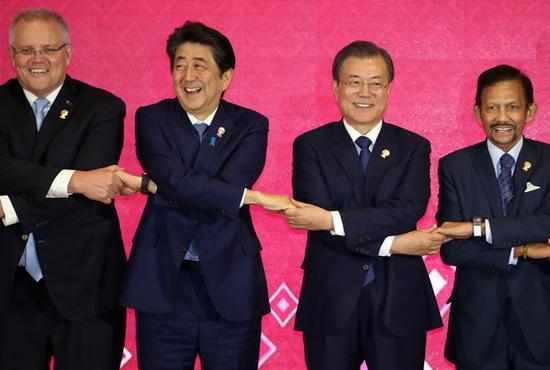 11月4日,韩日首脑在泰国曼谷出席会议时合影。(韩国纽西斯通讯社)