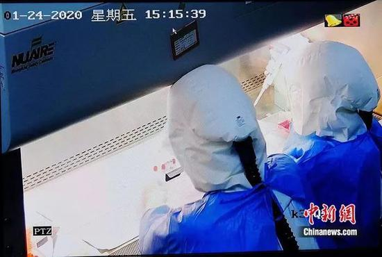 中国疾控中心病毒病预防控制所验室工作人员在BSL-3实验室做新冠状病毒分离。
