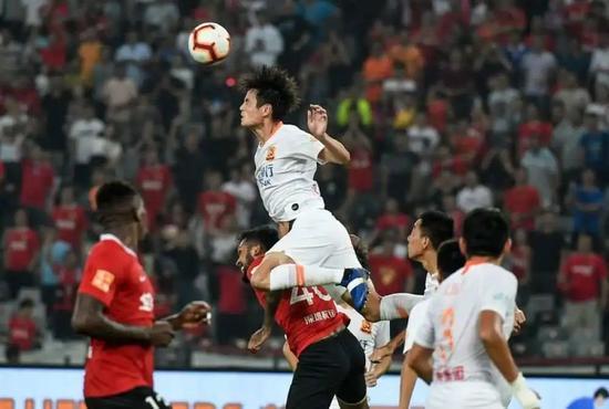 圖為武漢卓爾隊球員艾志波(上)在比賽中爭頂。新華社記者毛思倩攝