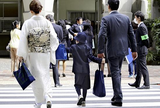 位于东京银座的中央区立泰明小学6日开学。东方IC 图