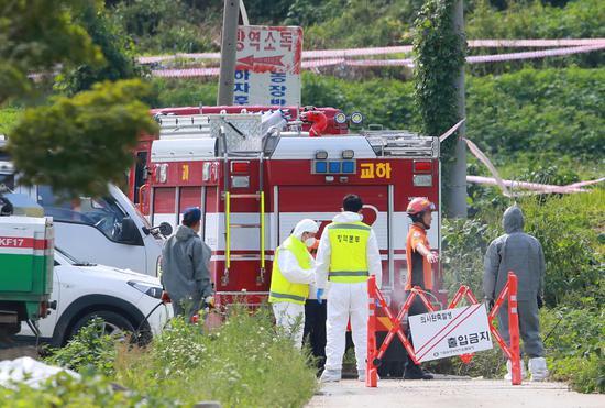 9月17日,防疫人员对坡州市发生非洲猪瘟疫hg0088官网养猪场周边进走消毒。图据东方IC