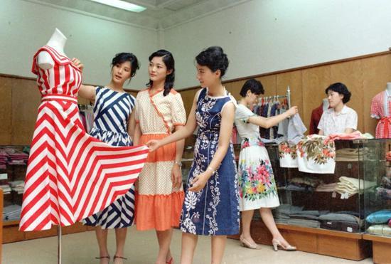 1981年8月15日,上海市南京路上的一家服装商店。新华社记者 杨溥涛 摄